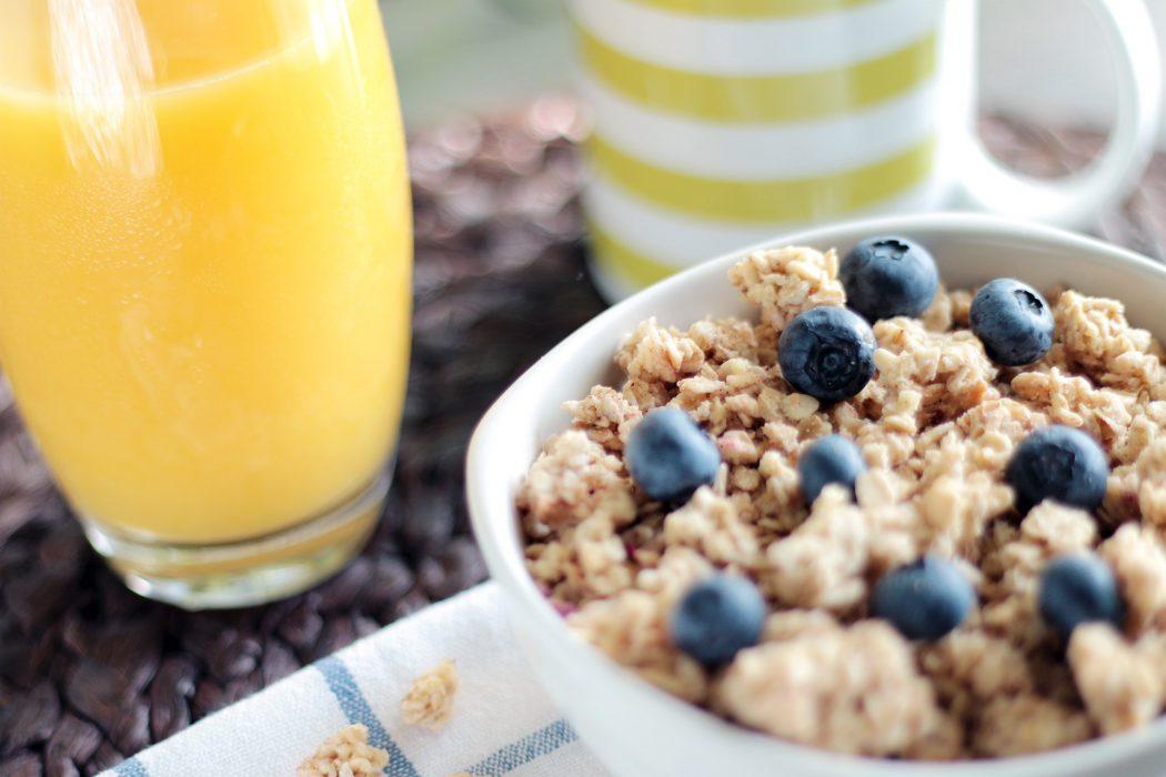 Desayuno zumo cereales bol