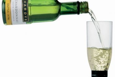 Botella con una copa como tapon