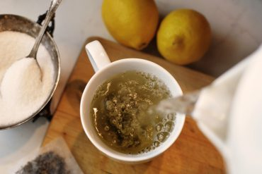 Sirviendo taza de té