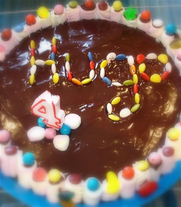 Tarta de cumpleaños casera de chocolate, bizcocho y Lacasitos