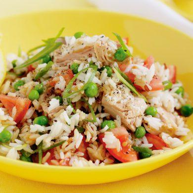 Arroz con verduras y atún fresco