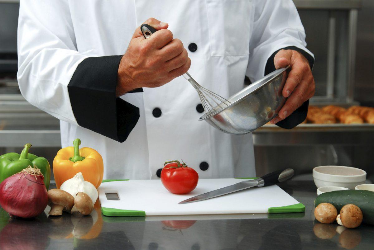 Cocinero trabajando con verduras
