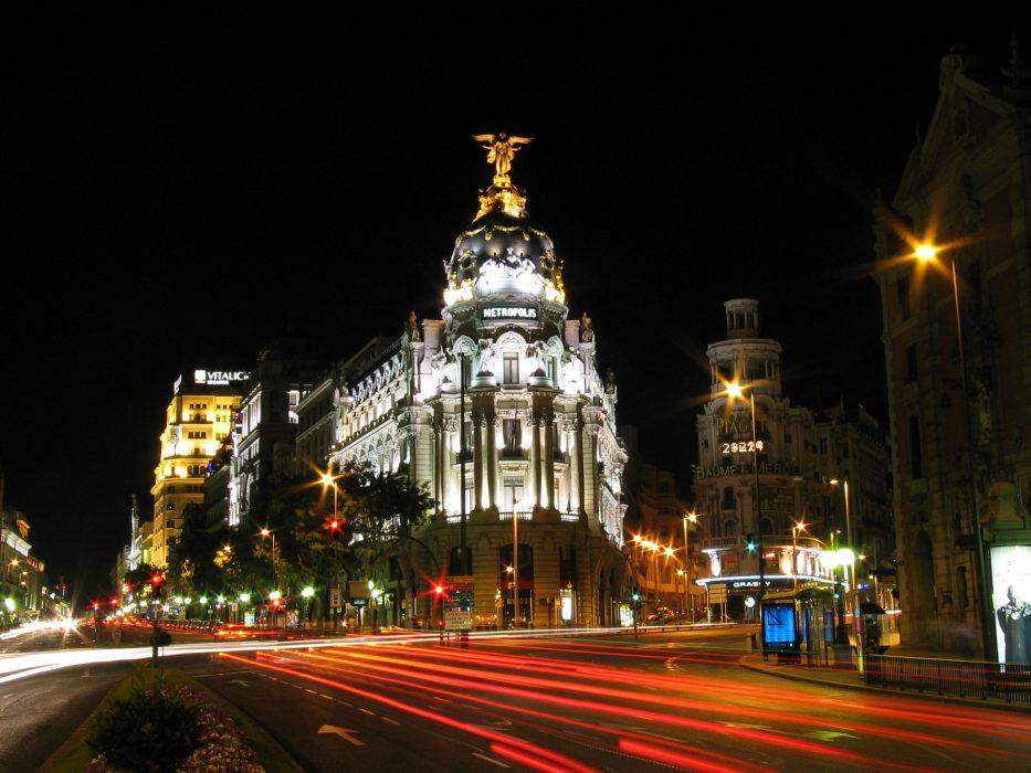 La Gran Vía de Madrid de noche