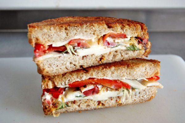 Sandwich de queso y pimientos a la miel de romero