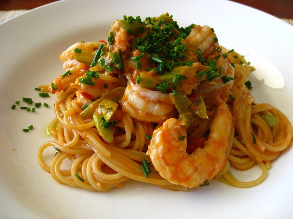 Receta de espaguetis con gambas facil rapida y muy buena - Salsa de tomate y nata ...