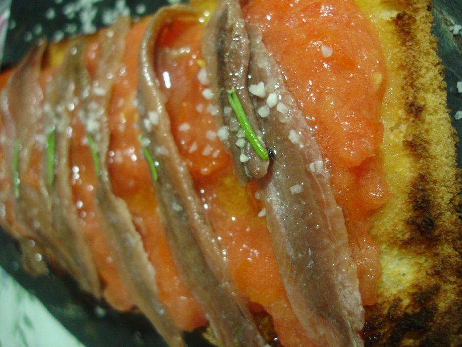 Tosta de anchoas con tomate