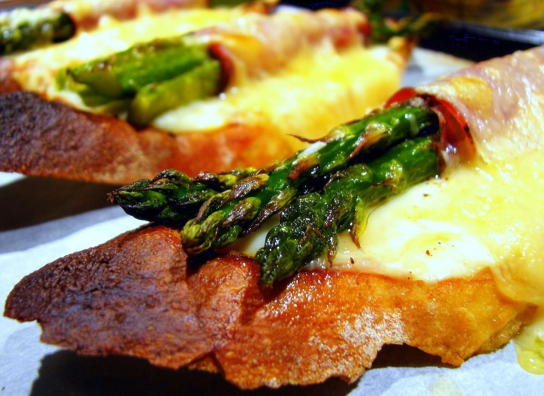 Tosta de trigueros con beicon y queso cheddar