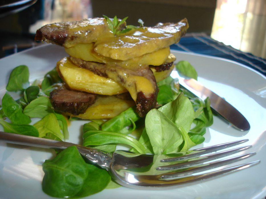Mil hojas de carrillera ibérica con patatas asadas