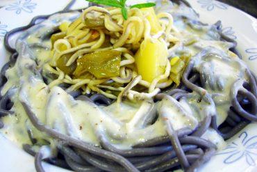Espaguetis negros con gulas y verduras