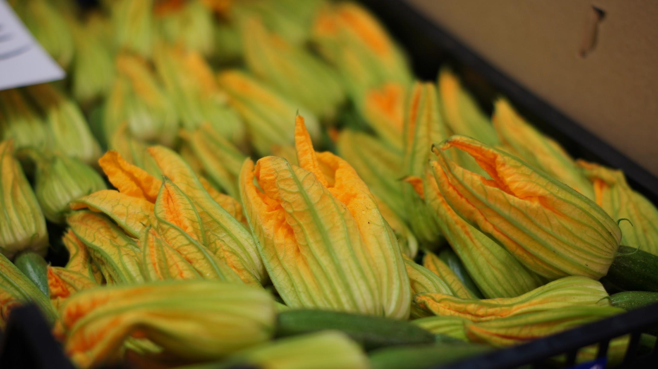 Flores de calabacín en el Mercado de la Boqueria