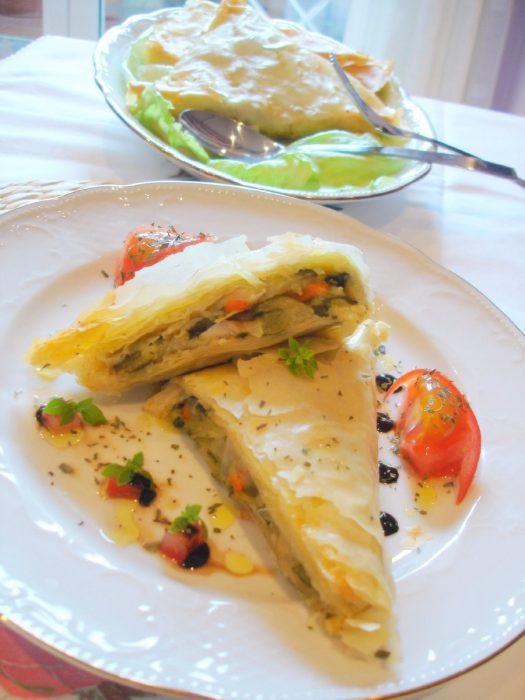 Pasta filo rellena de pollo al curry