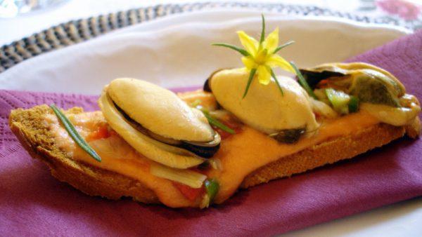 Tosta de salmorejo y mejillones en vinagreta