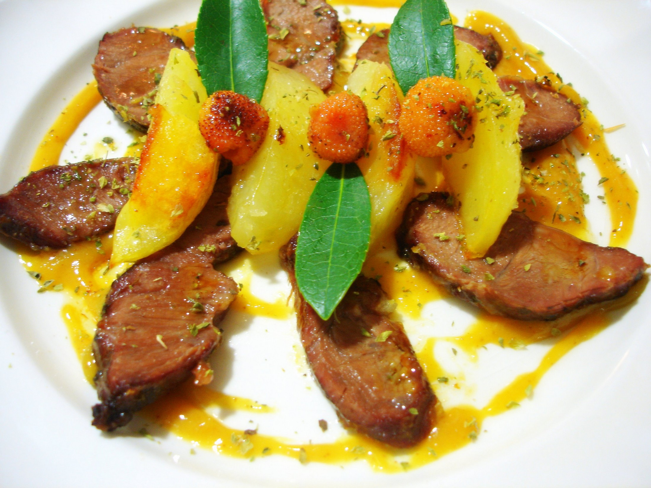 Carrilladas de cerdo ibérico asadas con salsa de madroños