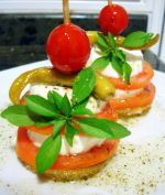 Pincho de queso fresco y tomate al aceite de albahaca