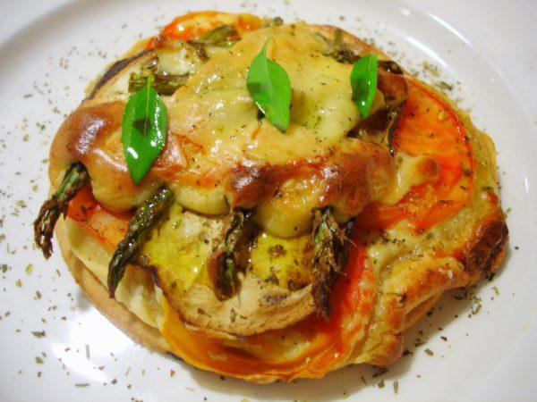 Pizza vegetal de berenjenas y esparragos trigueros