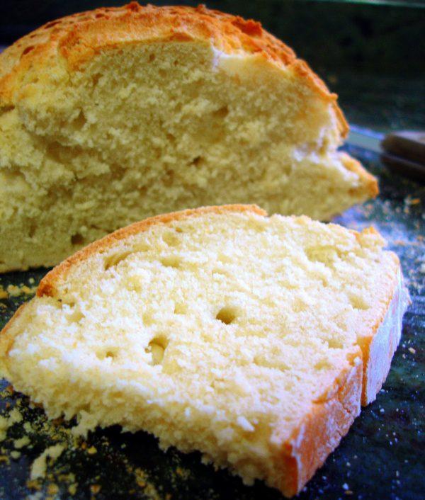 Modelamos la masa, bien en forma de pan o bien en forma de barra, y la colocamos en la bandeja del horno, previamente enharinada.