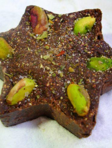 Fudge de chocolate, piñones y pistachos