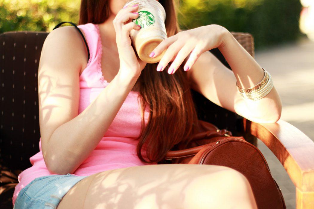 Mujer cafe bebiendo
