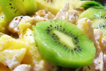 Piña rellena de pollo asado, kiwi y yogurt