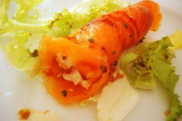 Rollitos de salmón ahumado rellenos de langostinos y surimi