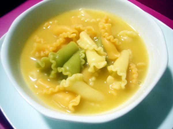 Caldo casero con jamón y pasta