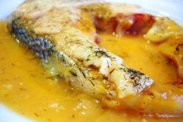 Salmón al horno con crema de verduras y costra de queso
