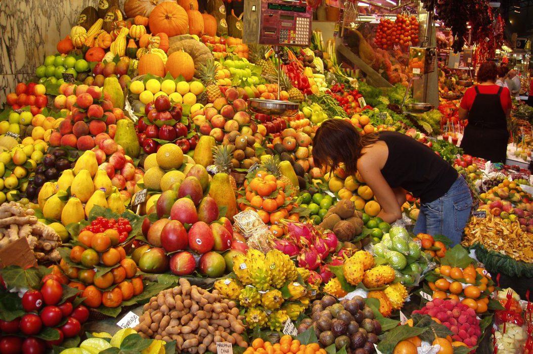 Puesto de frutas en mercado de Barcelona