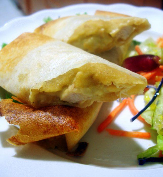 Rollitos de pasta brick rellenos de pollo y queso brie