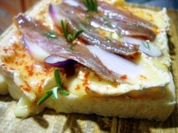 Tosta de queso Brie con anchoas