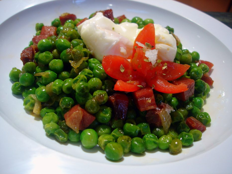 Receta de Guisantes con jamón y huevo poché
