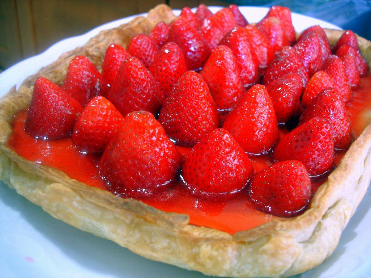 Tarta de hojaldre con crema pastelera y fresas