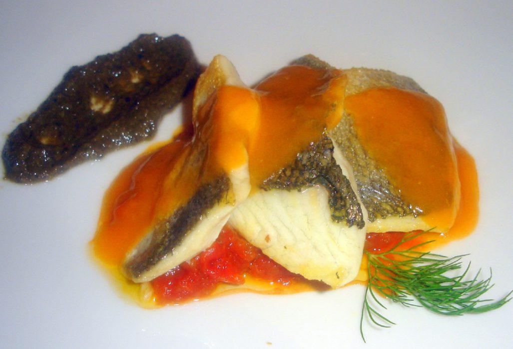 Lomos de dorada con salsa de tomate sobre verduras provenzales y paté de olivas negras