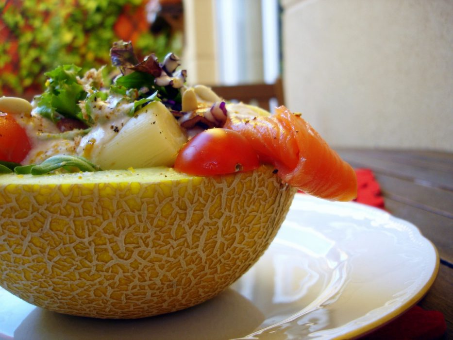 Melón relleno de salmón con yogur