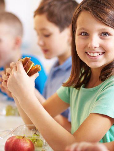 Niños comiendo en la escuela