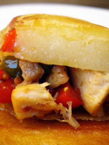Rollos de pasta brick rellena de pollo y queso