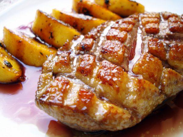 Magret de pato con gelée de vino
