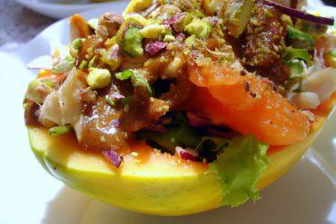 Papaya rellena de pollo y pistachos