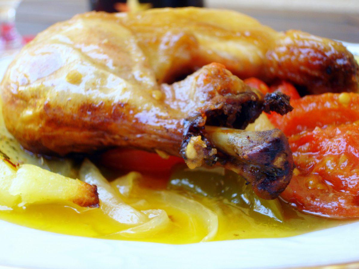 Pollo asado al horno sobre verduras de temporada, extraordinaria receta