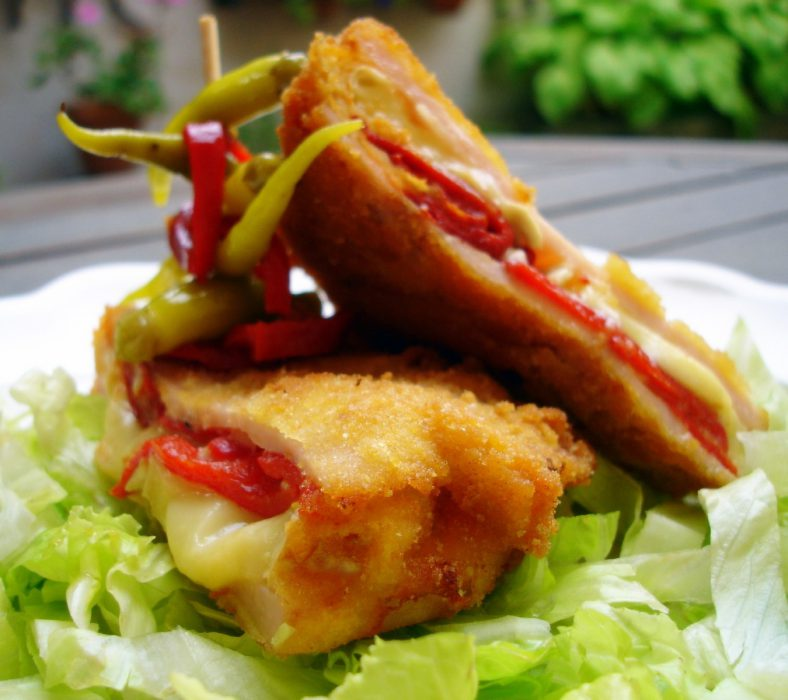San jacobo de pavo y queso brie con piquillos 2