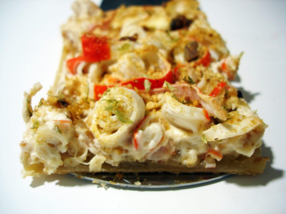 Pizza de hojaldre con crema de queso, surimi y anchoas