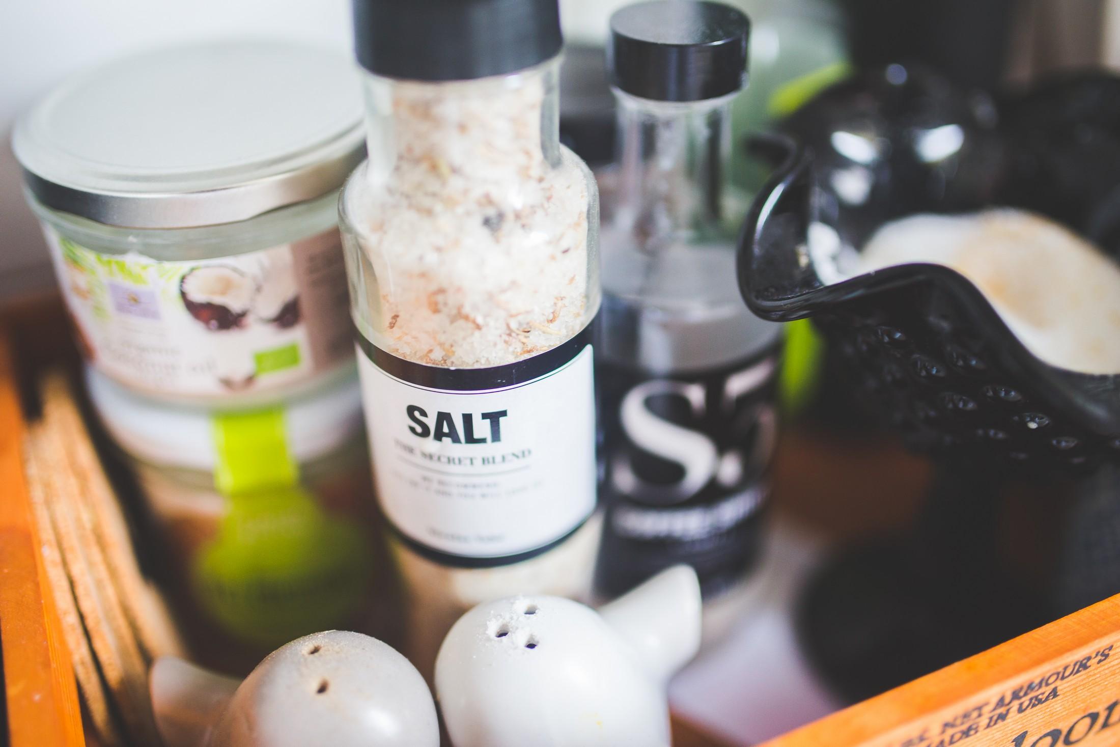 Sal y especias en la cocina - Pexels