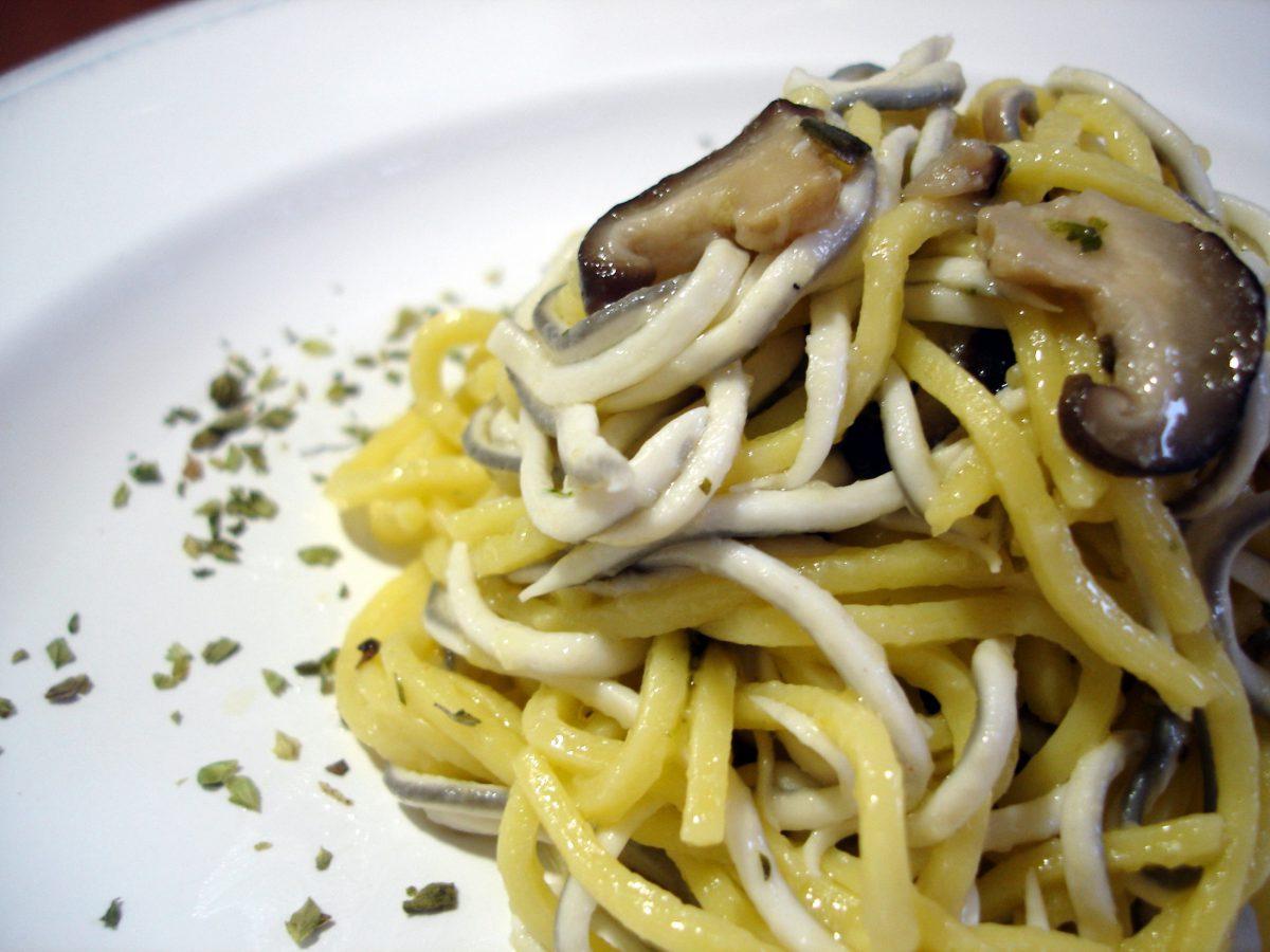 Espaguetis con gulas y setas
