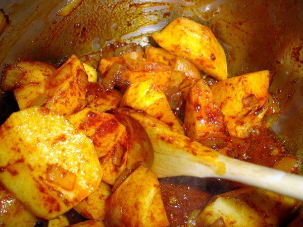 Mientras, en una cazuela rehogamos las patatas, peladas y cortadas en trozos grandes, con tres cucharadas de aceite de oliva y el pimentón dulce.