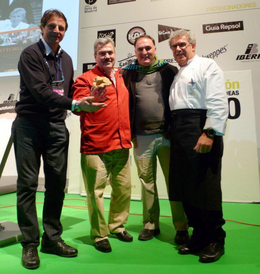 El propietario de Gold Gourmet Luis Pacheco y el propio subastador, José Andrés