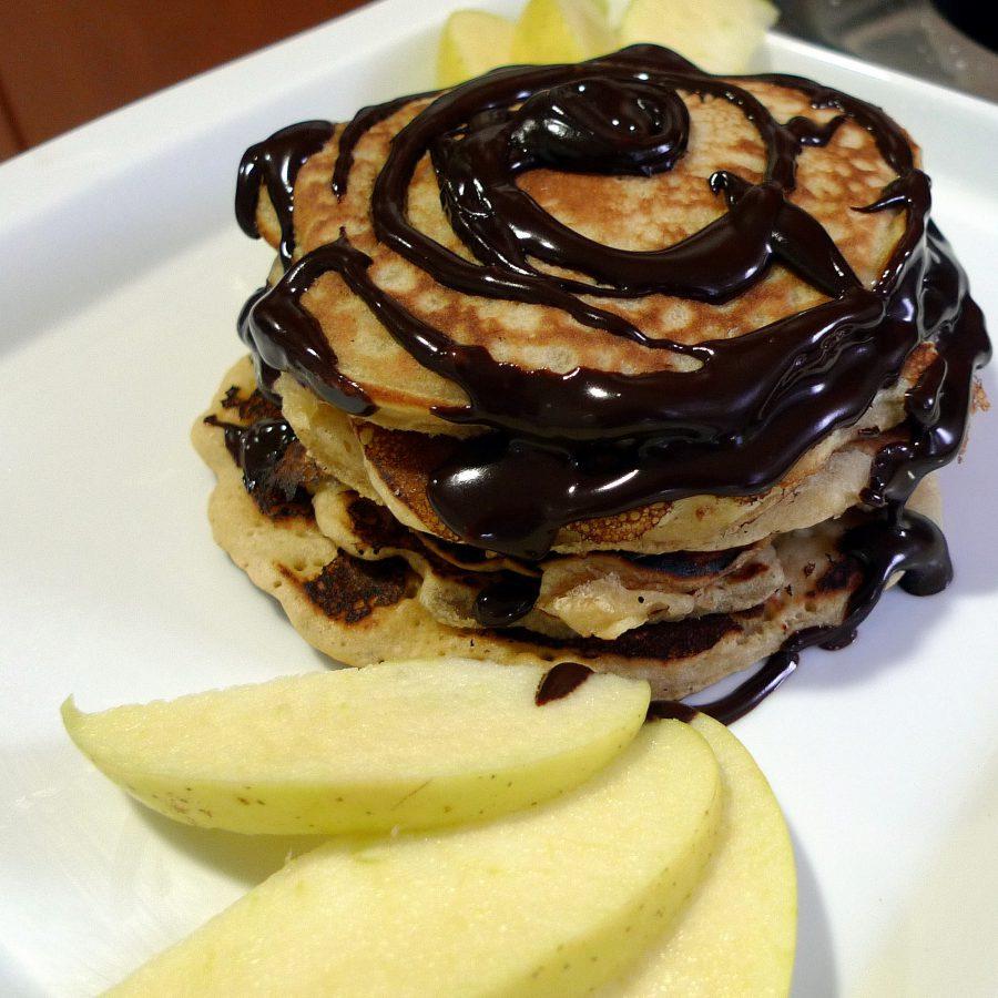 Tortitas con chocolate y fruta fresca