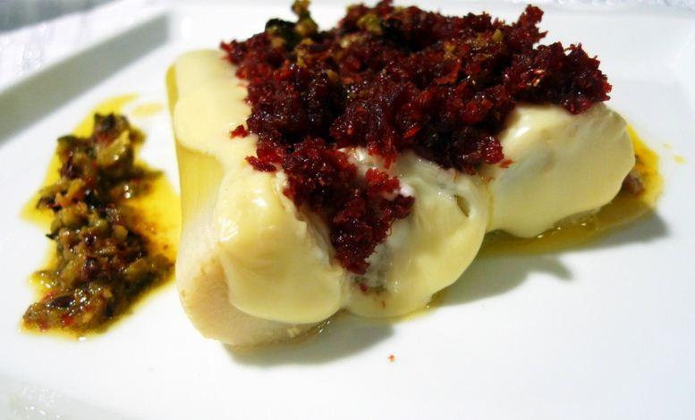 puerros gratinados con jamón y vinagreta de tomates deshidratados y pepinillos