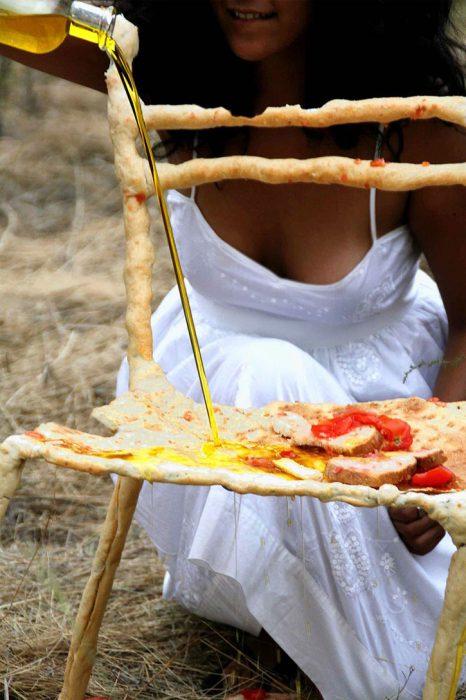 Panpaati,  Sillas y mesas hechas de pan (1)
