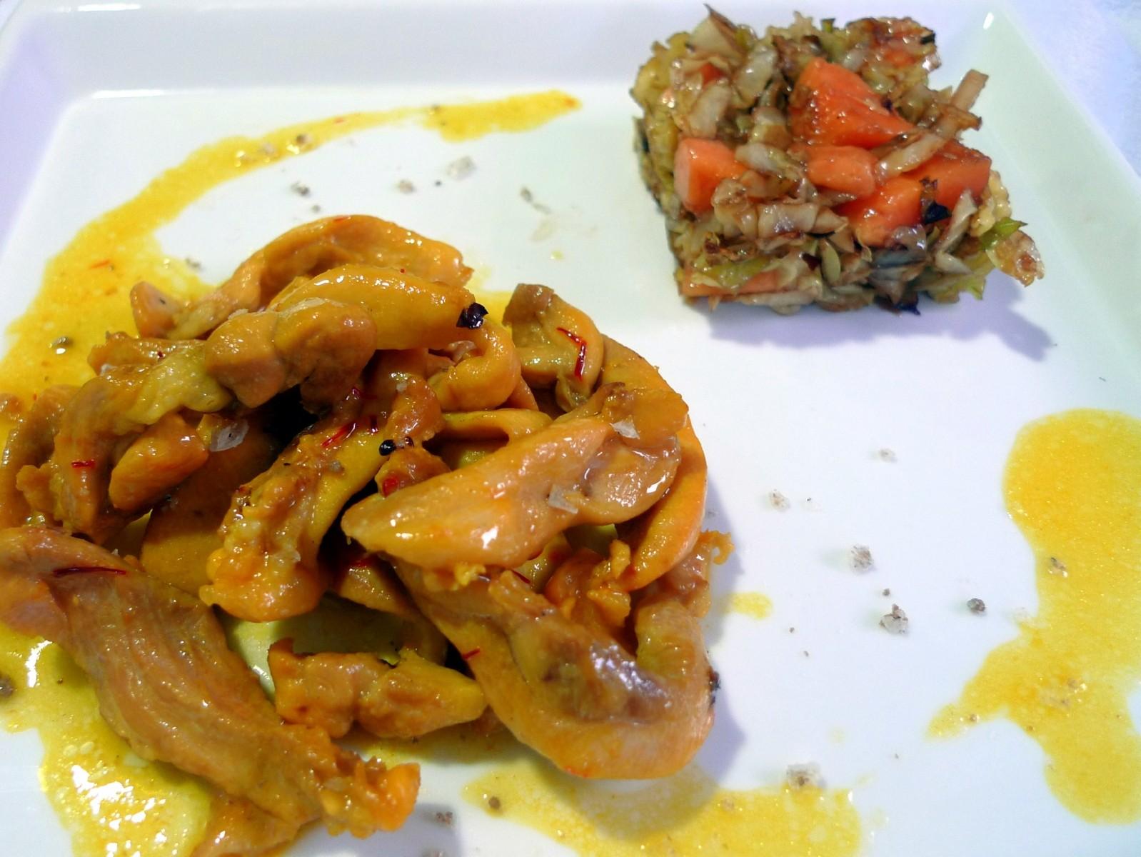 Pollo al azafrán con guarnición de repollo y papaya