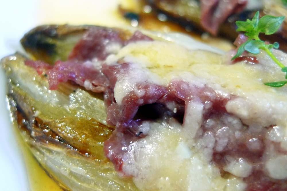 Endibias rellenas de carpaccio de buey y queso parmesano