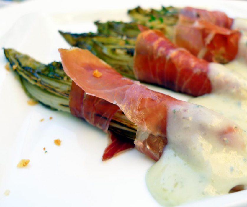 Endibias con jamón ibérico y crema de queso gorgonzola
